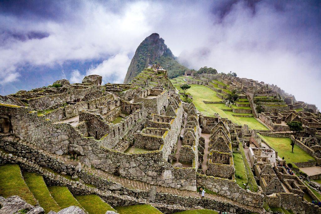Der Machu Picchu im Nebel.