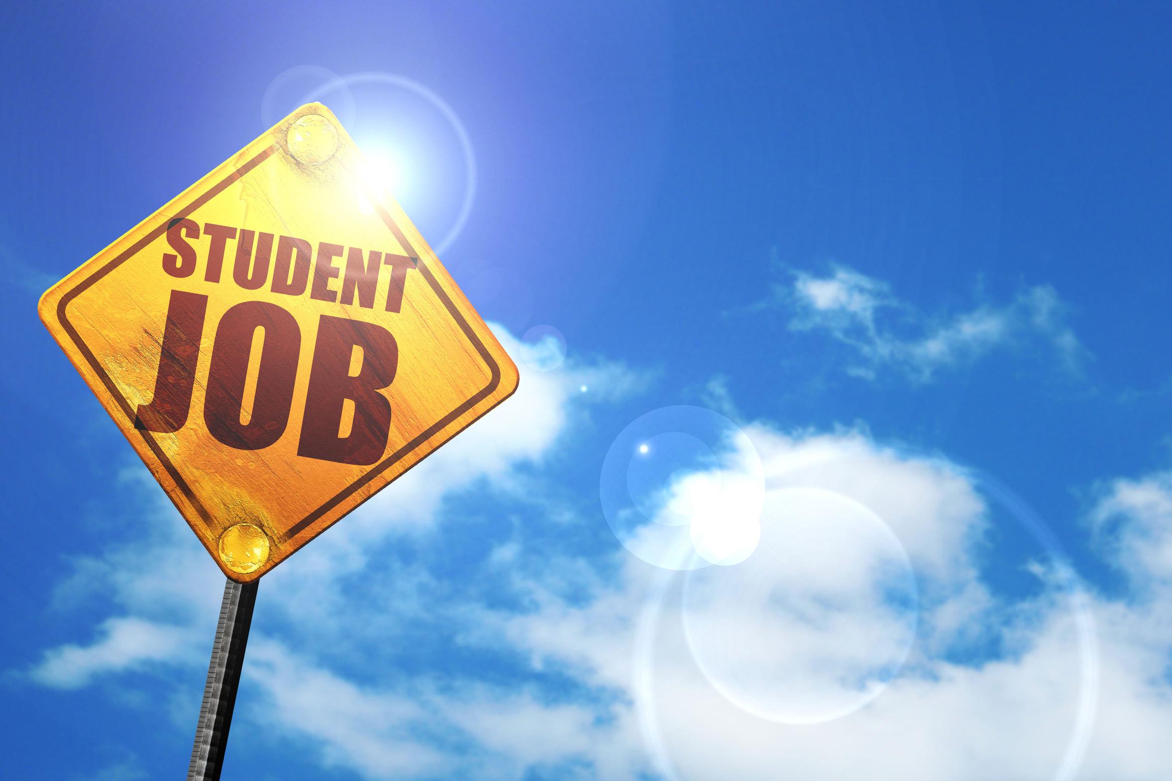 """Ein gelbes Schild mit der Aufschrift """"Student Job"""" vor blauem Himmel."""