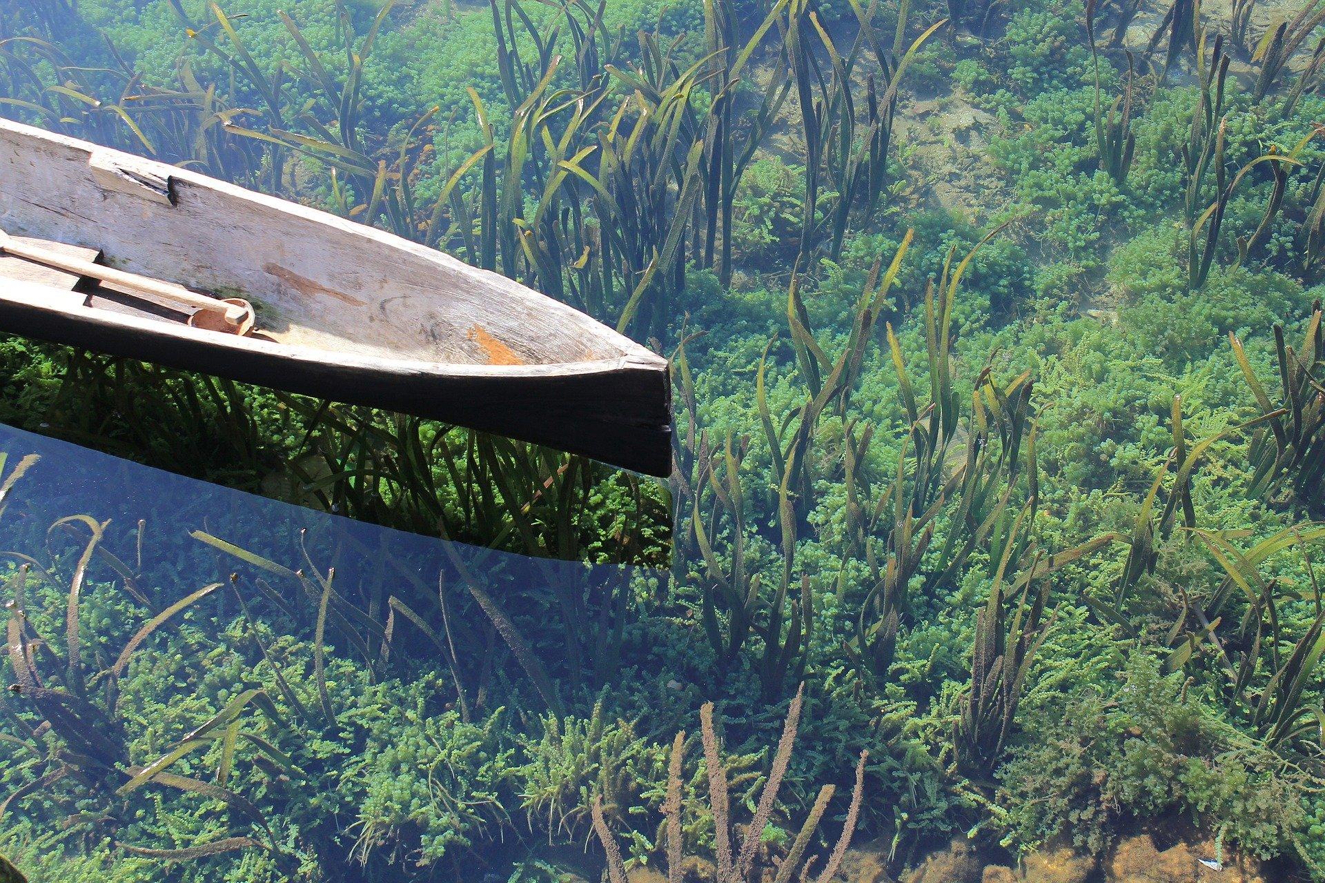 Ein Kanu auf einem klaren See.