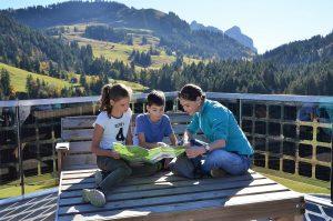 Familie am Berggasthaus Mostelberg bei Sattel-Hochstuckli in der Schweiz