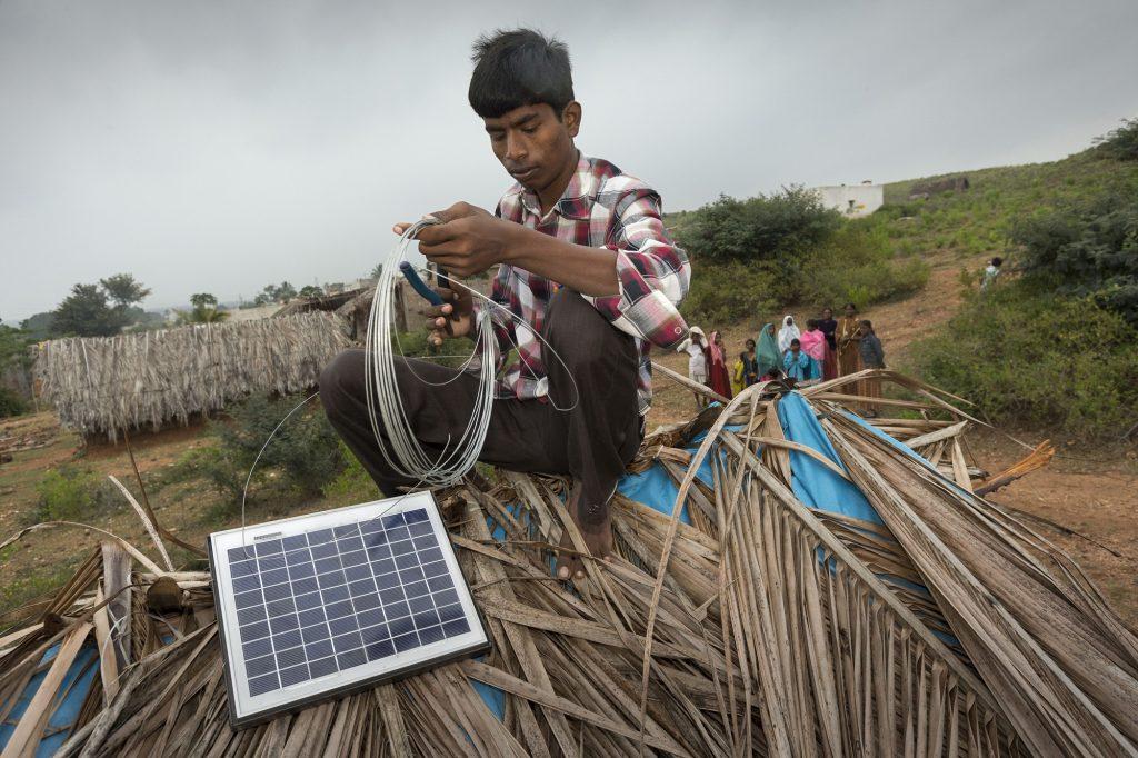Anbringung eines Solarpanels auf dem Dach einer Hütte
