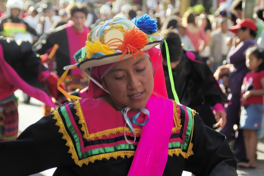 Mädchen in traditionellem Kostüm auf einem Umzug in Ecuador.