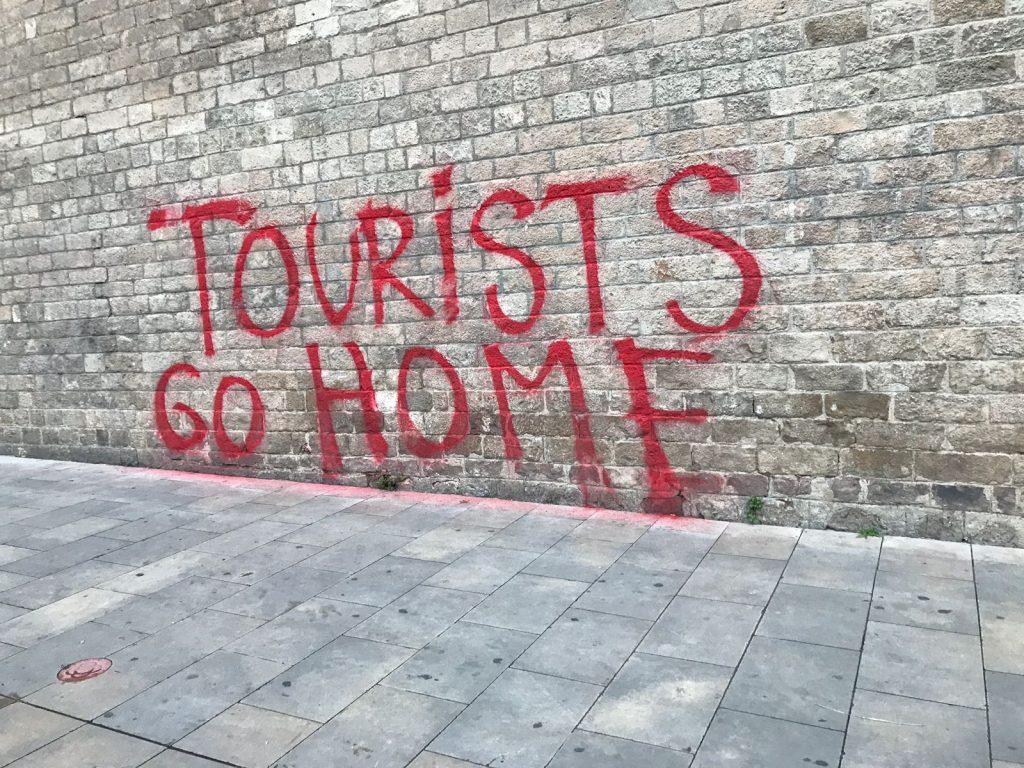 "Mauer mit dem Graphiti ""Tourist go home"""
