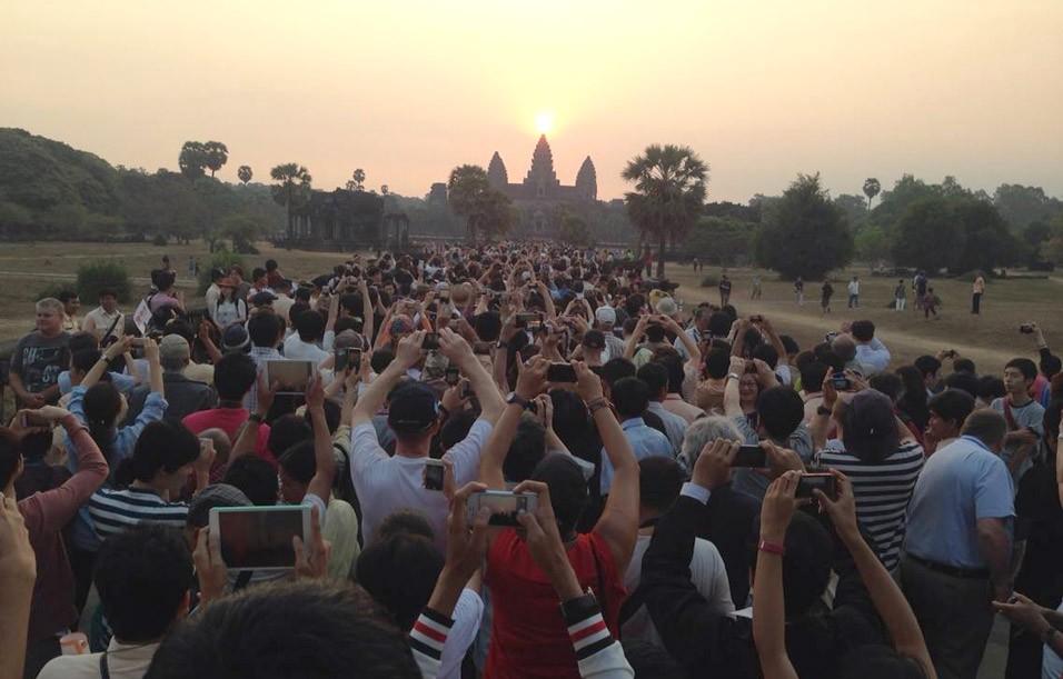 Die Besucher von Angkor Wat in Kambodscha machen Fotos von der Touristenattraktion.