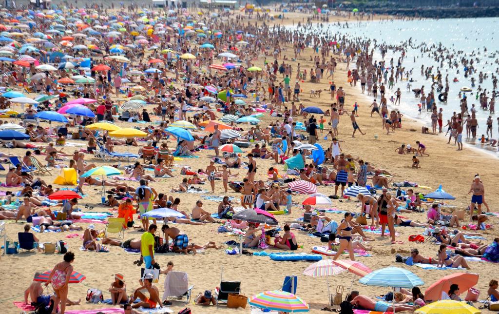 ein vollbesetzter Strand auf Mallorca