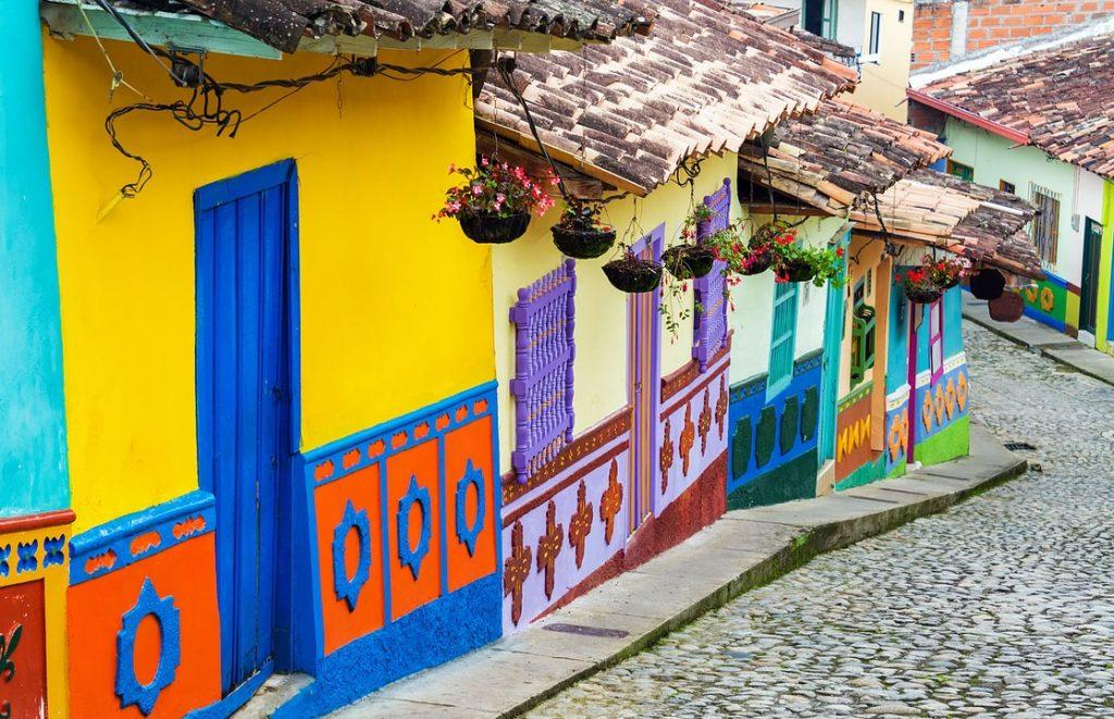 bunte und atypische Häuser in Bogotá, Kolumbien