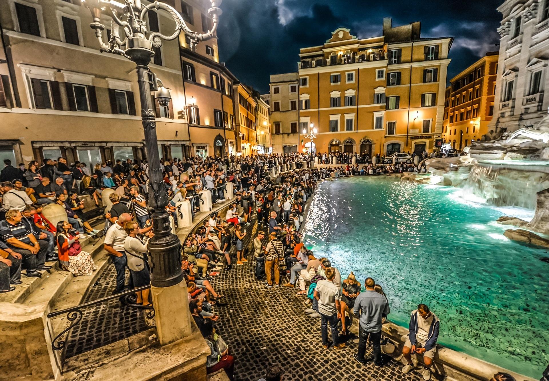 Eine Touristenmenge vor dem Trevi Brunnen in Rom