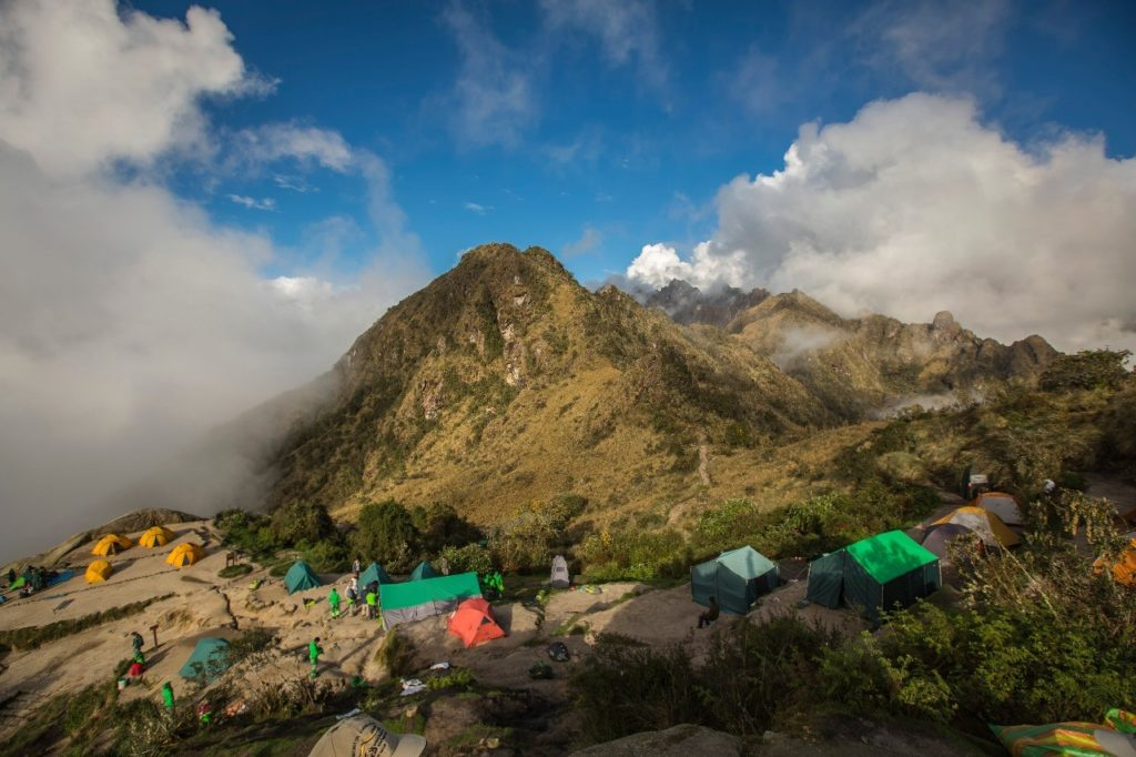 Zelte, die auf dem Weg des Inka-Trails aufgebaut werden