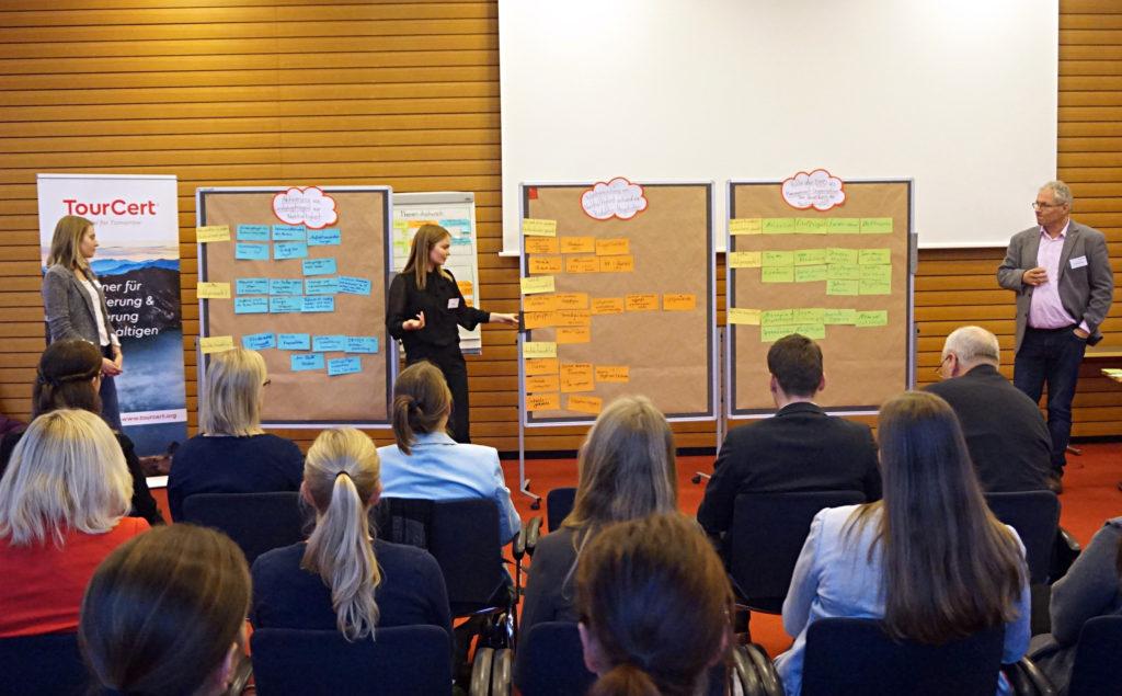 Die Ergebnisse der Kleingruppen werden im Plenum präsentiert
