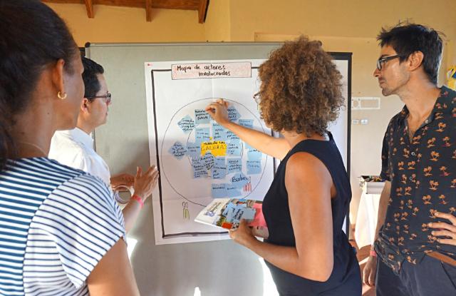 Teilnehmer des Einführungsworkshops bestimmen die beteiligten Akteure