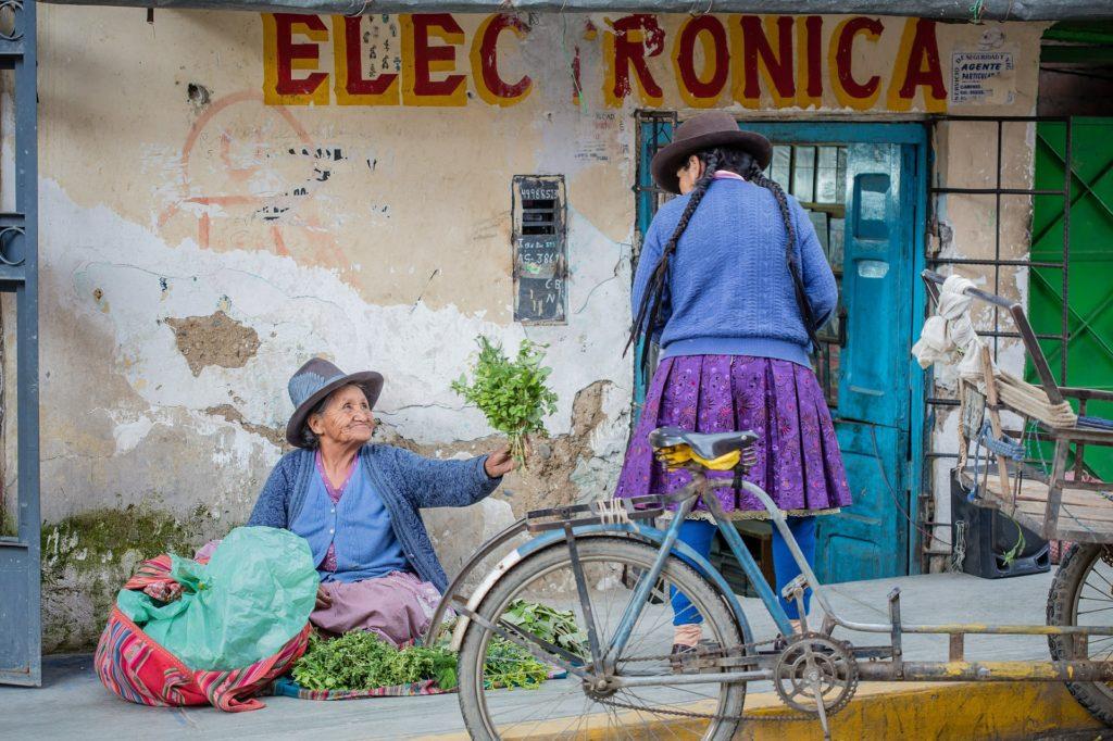 Frau alte Frauen am Straßenrand in Peru