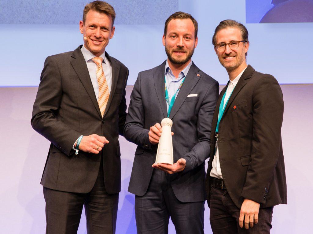 Prof. Dr. Harald Zeiss, Vorsitzender des DRV-Ausschusses Nachhaltigkeit, Marco Giraldo und Martin Balaš bei der Übergabe der EcoTrophea.