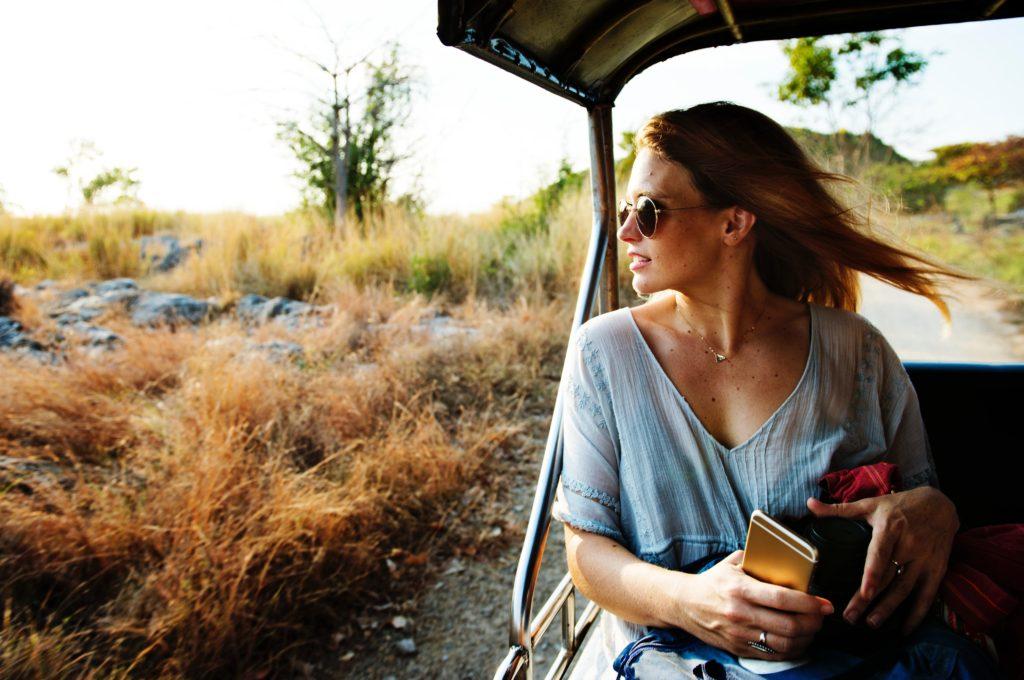 Frau schaut in die Landschaft während Tour