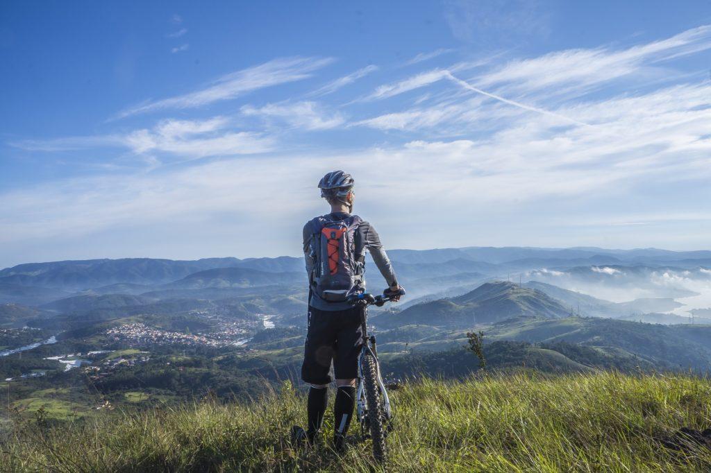Fahrradfahrer blickt auf ein Tal