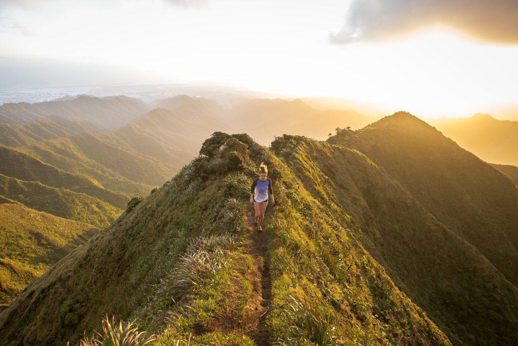 Frau läuft Berg hinab