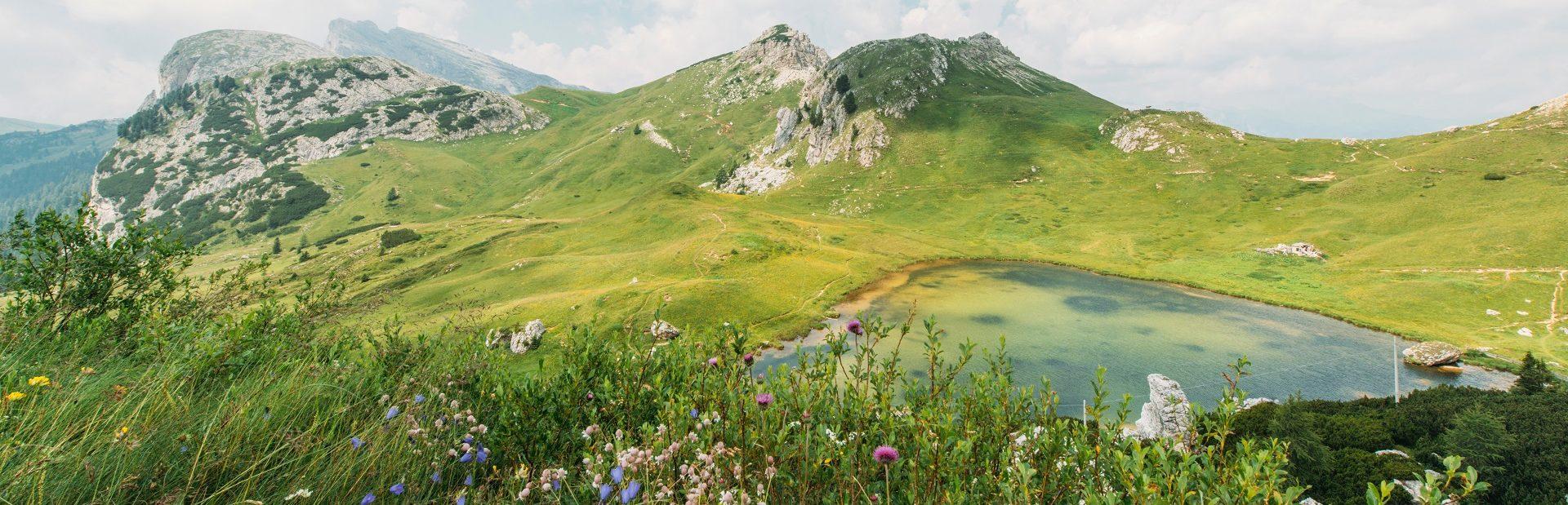 Gipfel und Bergsee in den Dolomiten © Pixabay/Free-Photos