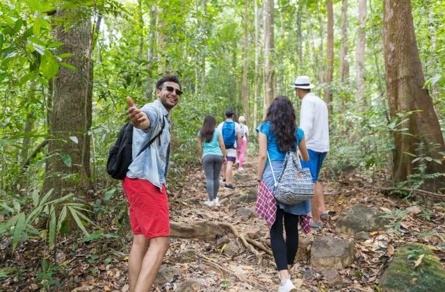 Reisegruppe bei einem Ausflug im Wald © Shutterstock