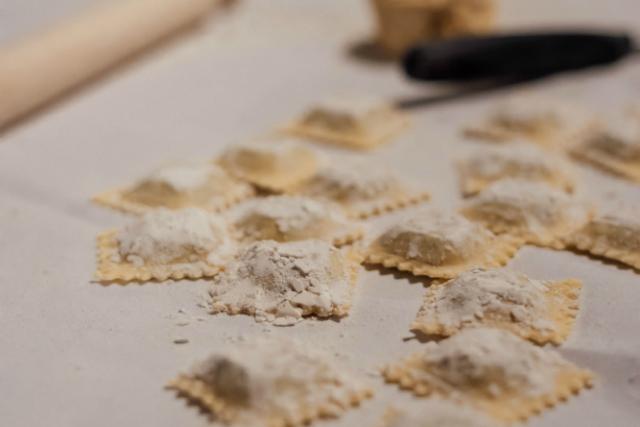 Hausgemachte Südtiroler Ravioli bei der Herstellung