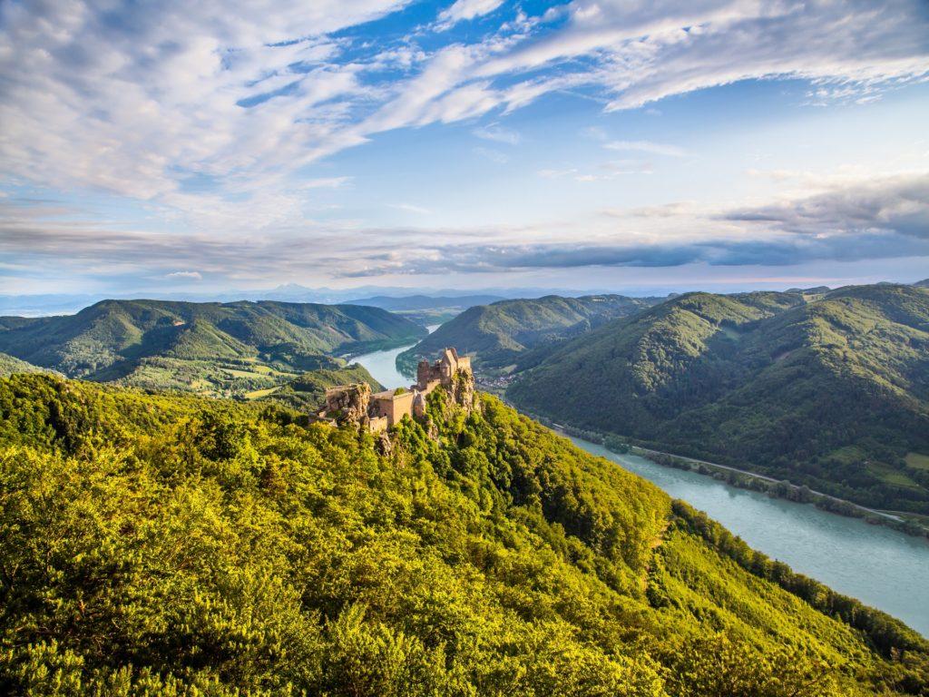 Wunderschöne Landschaft mit der Burgruine Aggstein bei Sonnenuntergang in Wachau, Österreich