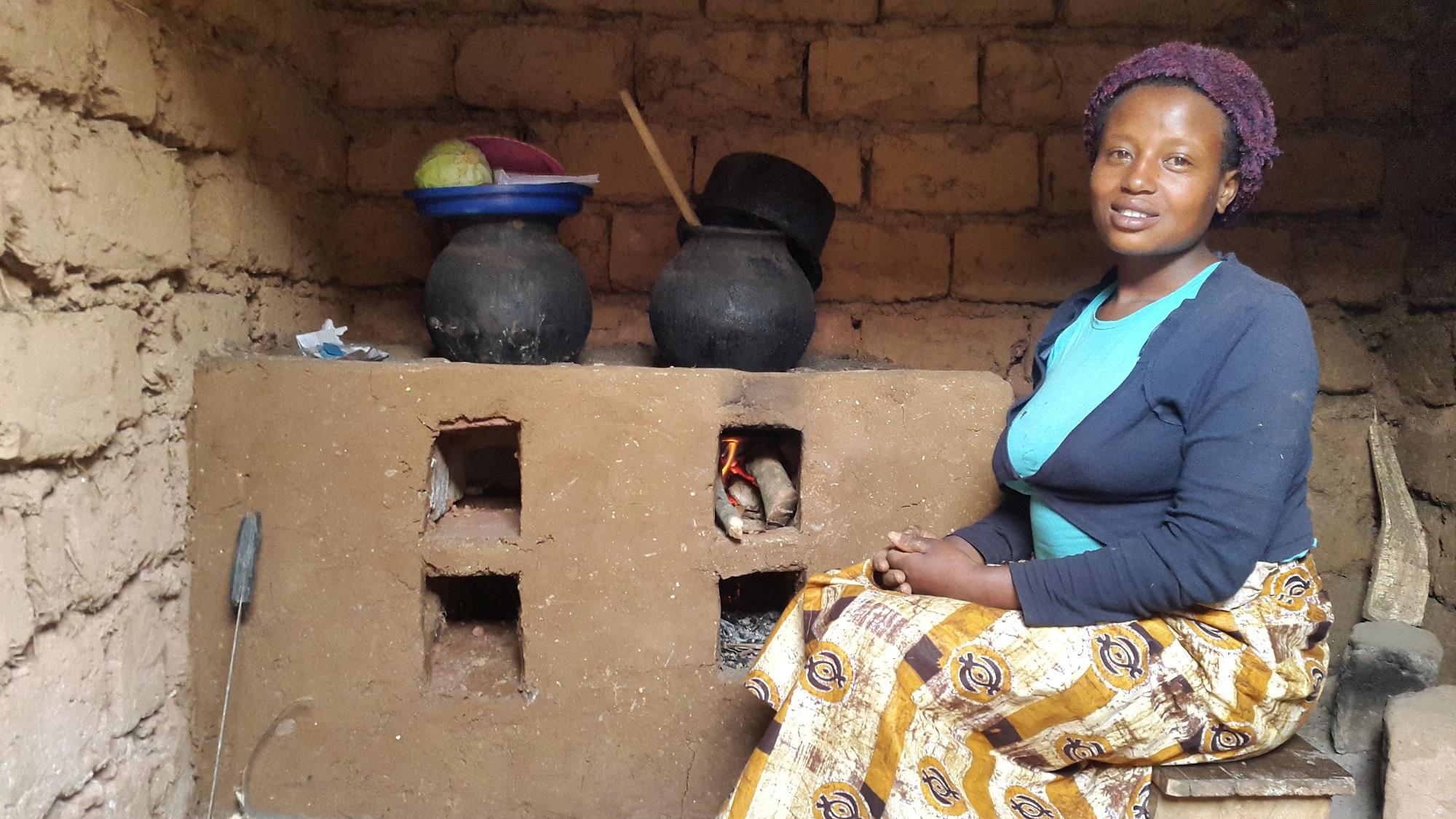 Frau vor Lehmofen in Ruanda © Klima-Kollekte