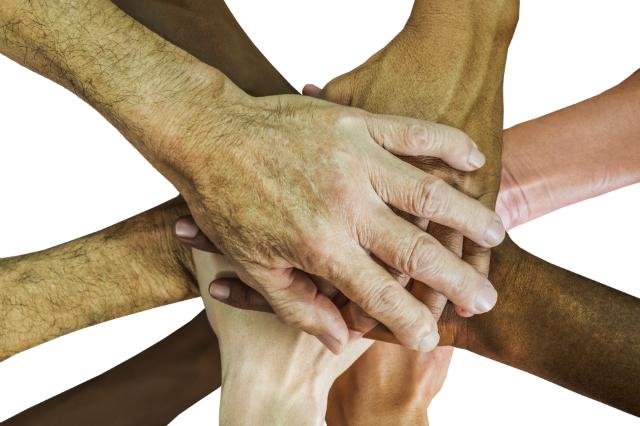 Überkreuzte Hände © Pixabay/truthseeker08
