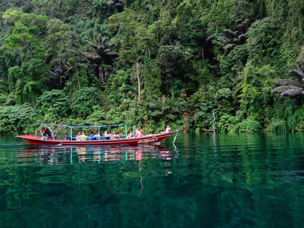 Un grupo de viaje de Fairaway Travel en un pequeño barco en Tailandia.