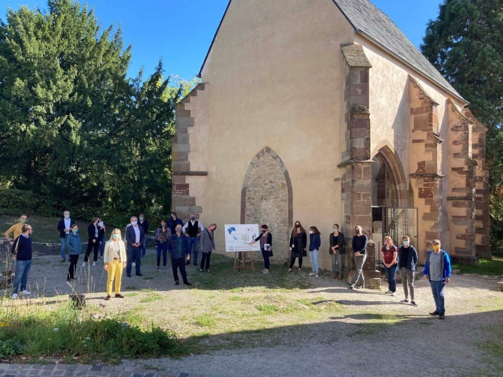 The group of the network meeting Excellence Initiative Sustainable Destinations in front of the Wintringer Chapel in Kleinblittersdorf.