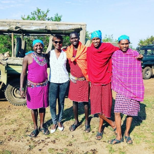 Judy Kepher Gona in der Masai Mara mit einheimischen Maasai-Führern während einer Zeugensafari © STTA