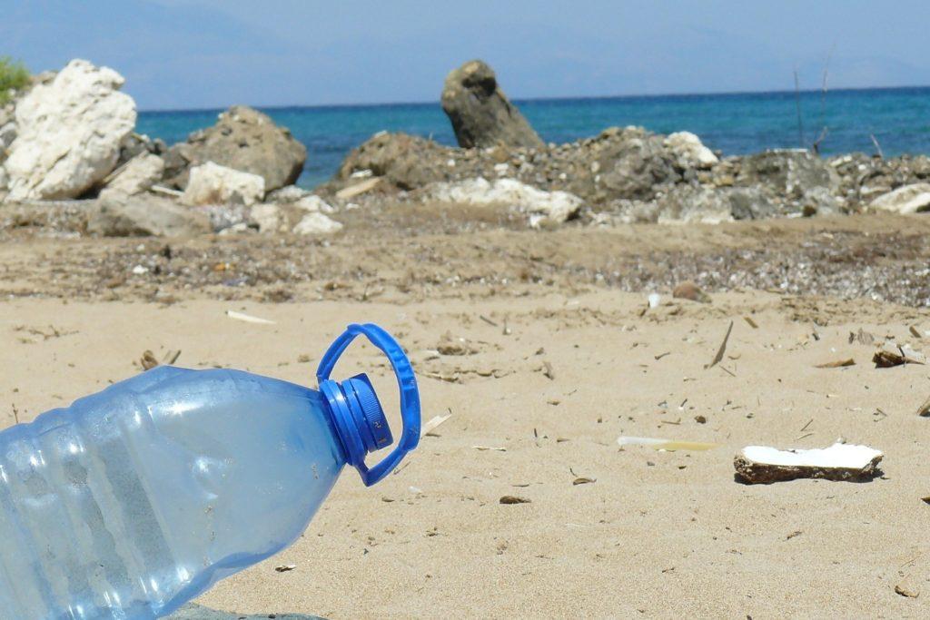 Una botella de plástico de desecho tirada en la playa